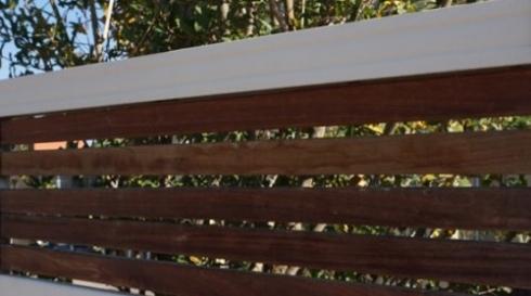 גדרות בשילוב עץ לחצר
