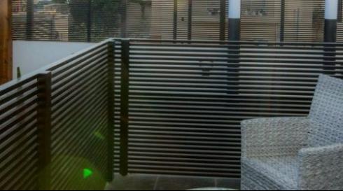 גדר אלומיניום אפורה לבית פרטי