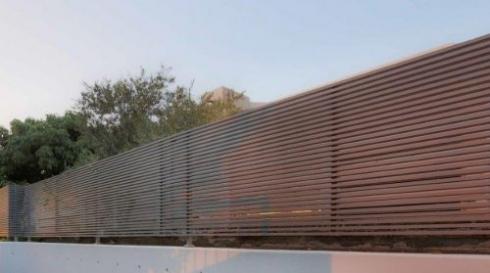 גדר אלומיניום אפורה לחצר הבית