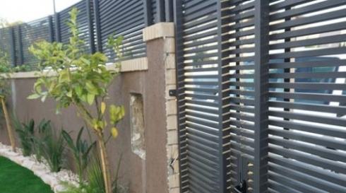 גדר אלומיניום אפורה מודרנית לחצר