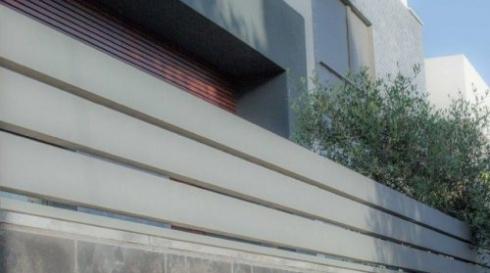 גדר אלומיניום אפורה מודרנית