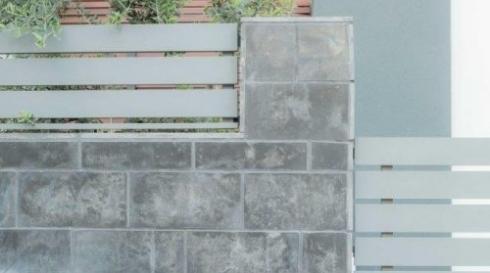 גדר אלומיניום אפורה מעוצבת