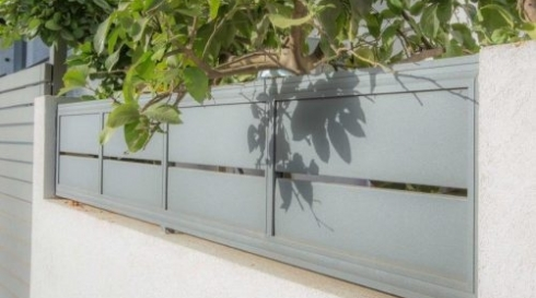 גדר אלומיניום אפורה על חומה