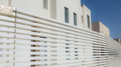 גדר אלומיניום בצבע לבן