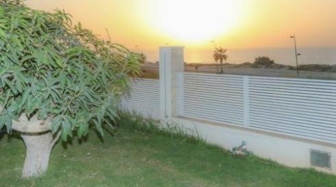 גדר אלומיניום לבנה בעיצוב אישי