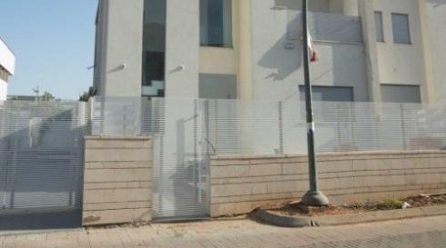 גדר אלומיניום לבנה לכניסה לבית