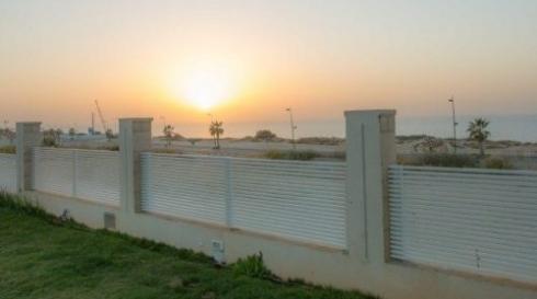 גדר אלומיניום לבנה מודרנית