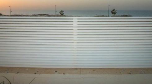 גדר אלומיניום לבנה מעוצבת