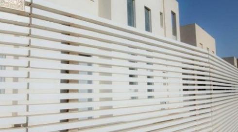 גדר אלומיניום מודרנית לבנה