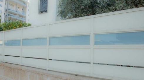 גדר אלומיניום משולבת זכוכית