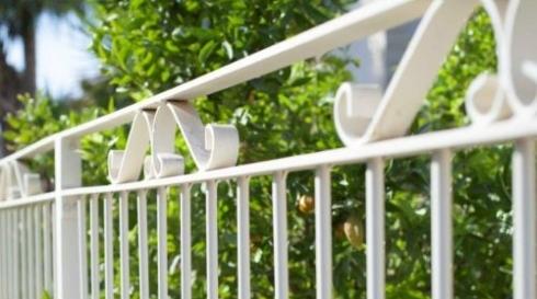 גדר אלומיניום סורגים לבנים