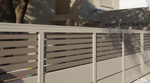 גדר אלומיניום פינתית משולב עץ