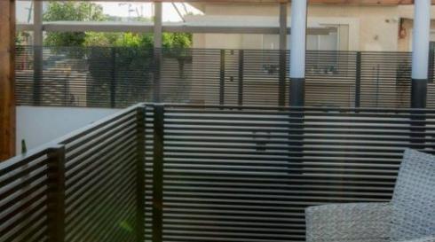 גדר הפרדה שחורה לחצר