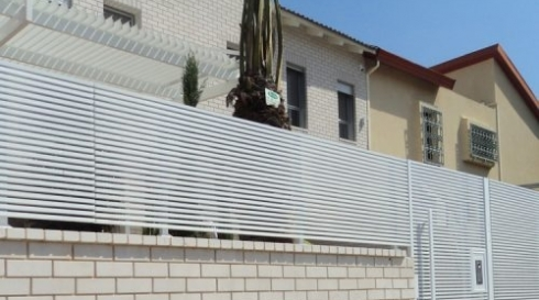 גדר לחצר לבנה עם פסים