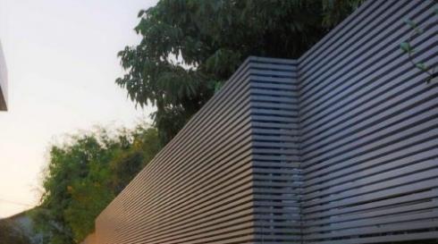 גדר מאלומיניום אפורה שלבים