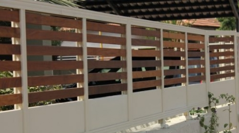 גדר מאלומיניום לחצר בשילוב עץ