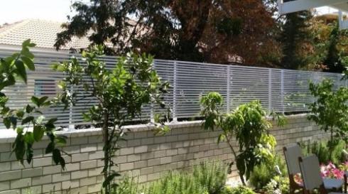 גדר פסים לחצר