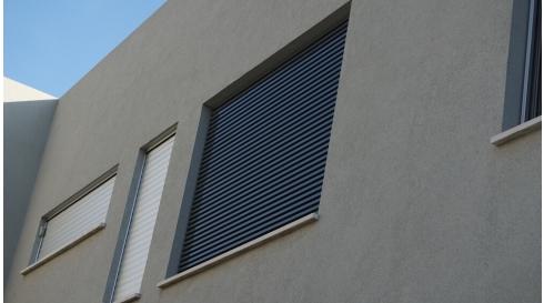 חיפוי אלומיניום אפור לחלונות