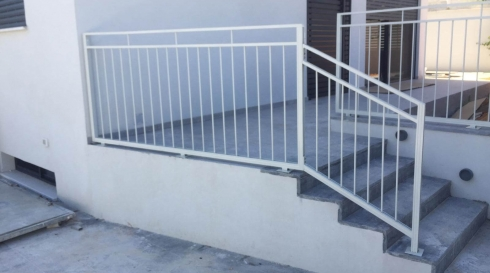 מעקה-אלומיניום-למדרגות המרפסת