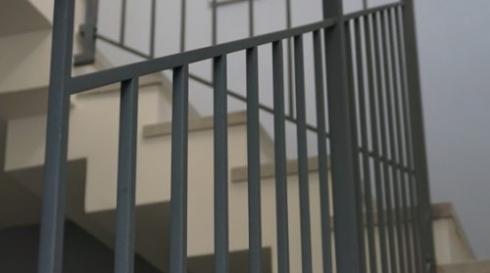 מעקה-מדרגות-מודרני-אפור