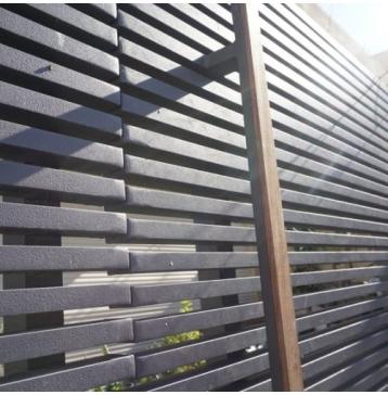 שער כניסה אפור עם ידית עץ