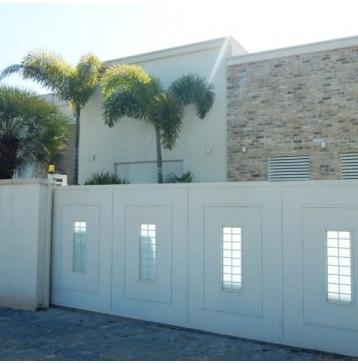 שער כניסה בצבע לבן משולב זכוכית
