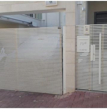 שער כניסה מודרני לבן
