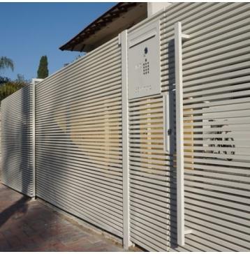 שער כניסה מעוצב עם תיבת דואר