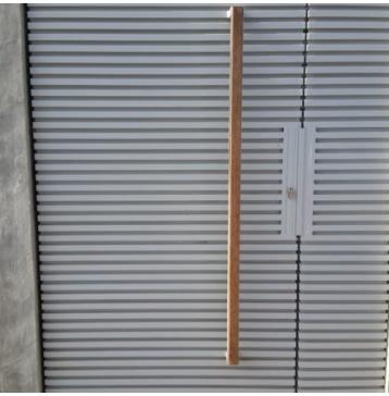 שער כניסה עם ידית עץ