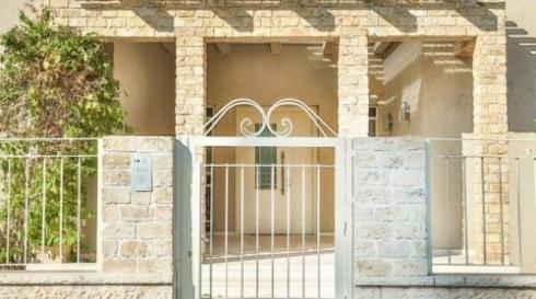 שער-לבן-כניסה-לחצר-מודרני