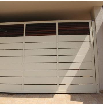 שער מודרני לבן מעוצב עם עץ