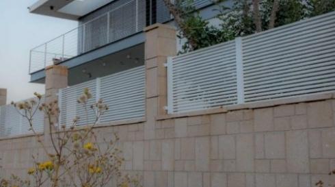 גדר מוגבהת לבית פרטי